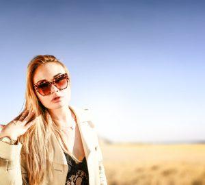 Eine Frau mit Sonnenblumen steht in der Wüste