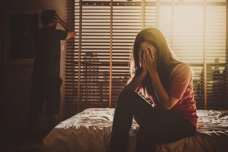 trauriges Liebespaar im Schlafzimmer nach einem Streit