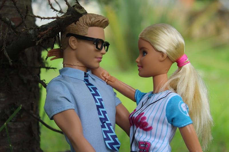 Barbie und Ken Puppe in der Nähe des Baumes