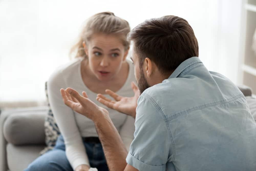 Der Mann im Hemd entschuldigt sich für etwas bei der wütenden Frau