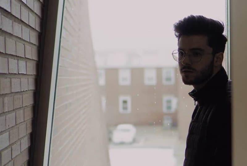 Der Mann mit der Brille steht vor der Tür(1)