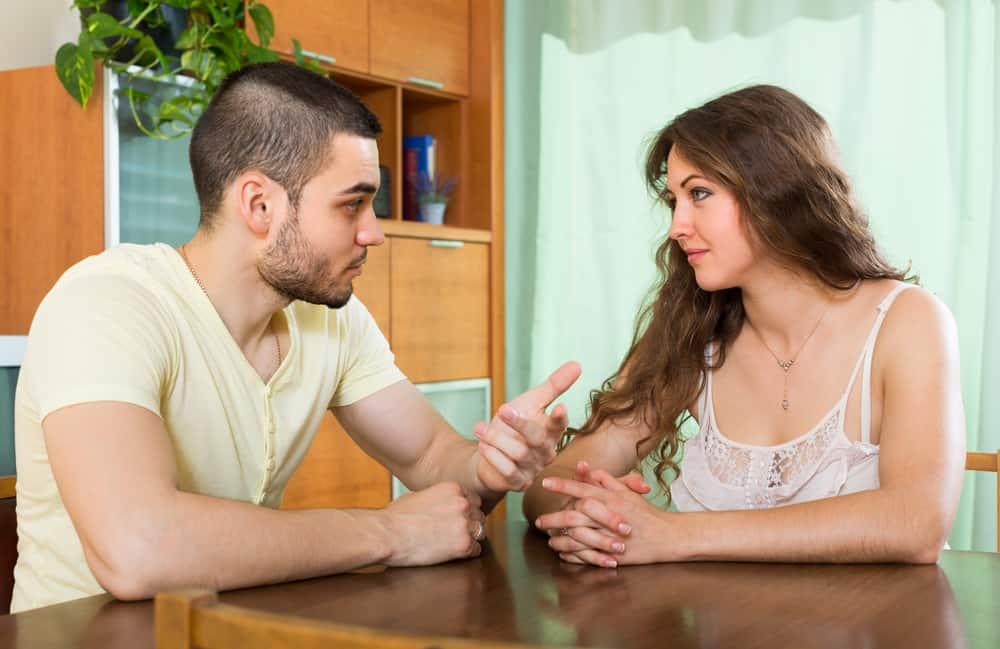 Der junge Mann und das Mädchen sitzen und reden