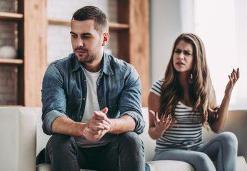 ein liebendes Paar sitzt auf der Couch und streitet