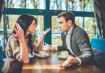 ein liebendes Paar, das in einem Café streitet