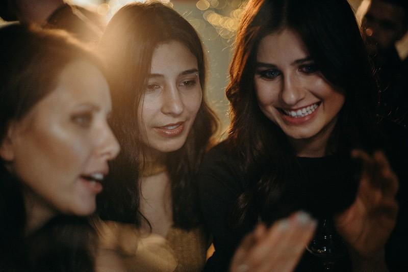 Drei Mädchen machen ein Selfie, während sie zusammen stehen