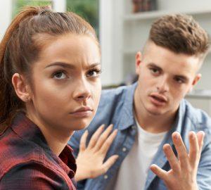 Das wütende Mädchen verlässt den Mann und bittet sie, ihm zu vergeben