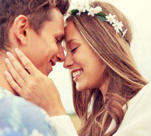 glückliches Liebespaar in einer Umarmung