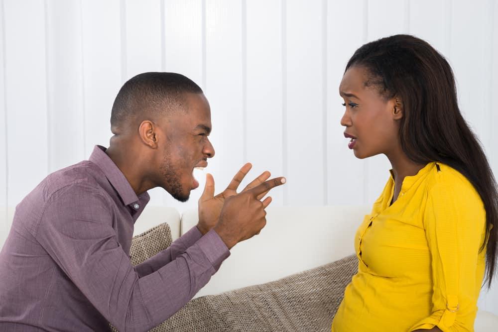 Ein Mann beschuldigt eine traurige Frau für etwas