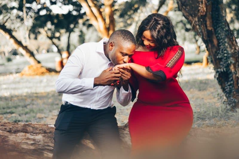 Ein Mann küsst die Hand einer Frau