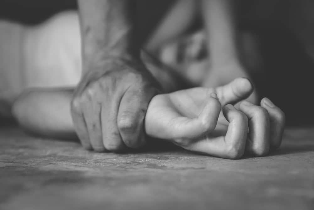 Ein Mann missbraucht ein Mädchen