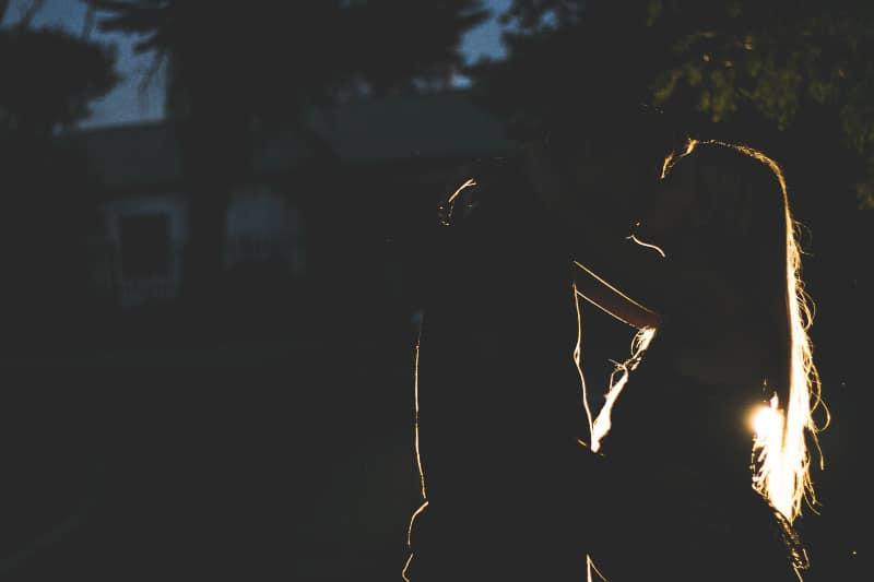 Ein Mann und ein Mädchen mit langen Haaren küssen sich