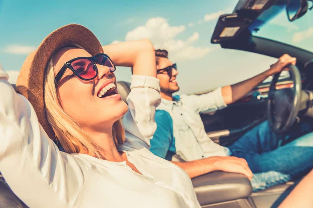 Ein Mann und eine Frau fahren gerne im Auto