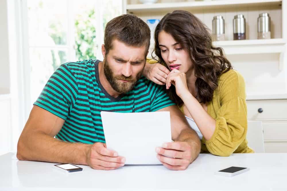 Ein Mann und eine Frau sitzen