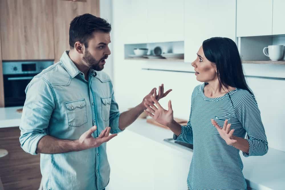 Ein Mann und eine Frau streiten sich in der Küche