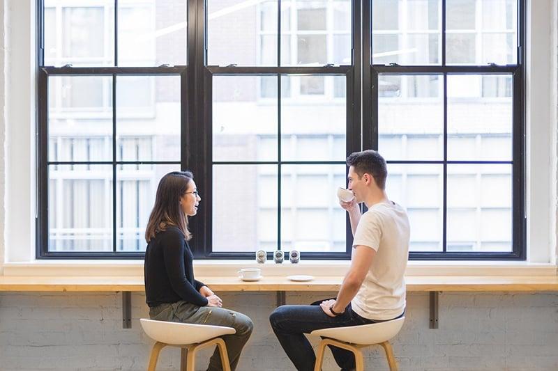 Ein Mann und eine Frau trinken zusammen Kaffee an der Theke bei einem Date