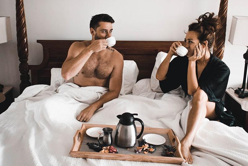 ein paar tranken kaffee im bett und sahen sich an