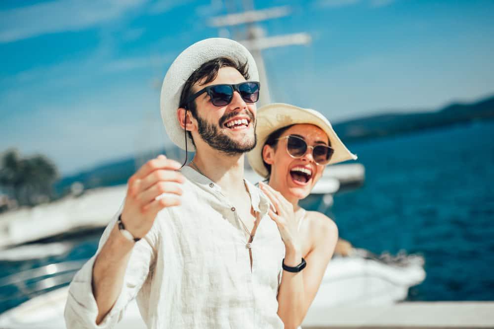 Ein junges Liebespaar genießt die Sonne auf einer Yacht