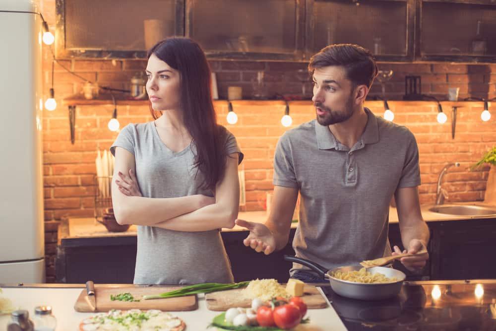 Ein junges Paar streitet in der Küche