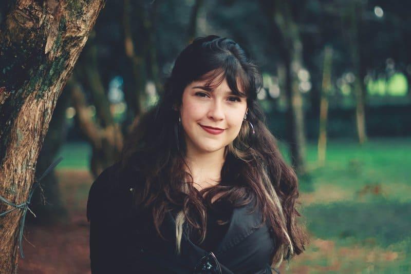 Ein lächelndes Mädchen geht in den Park