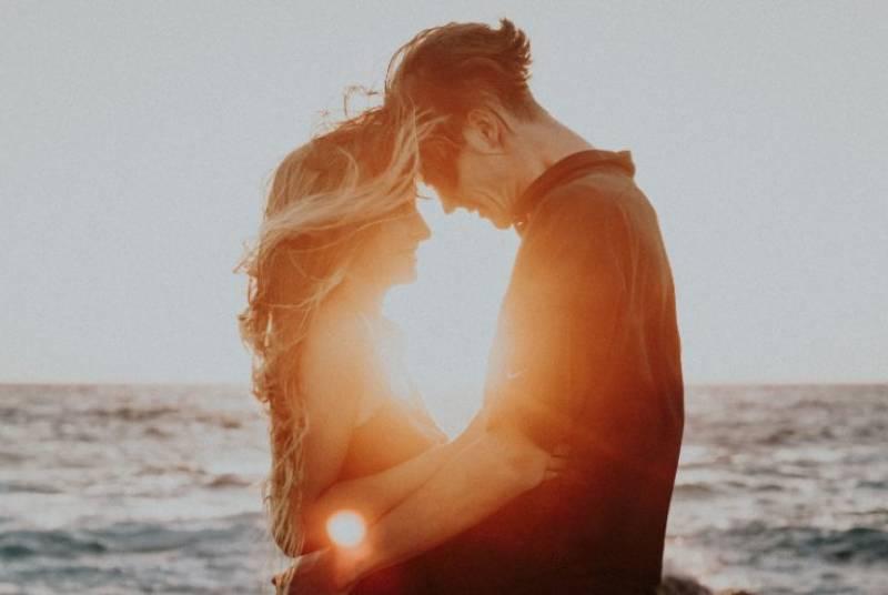 Ein verliebtes Paar umarmt sich am Strand