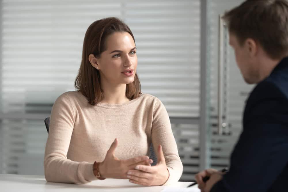 Eine Frau und ein Mann unterhalten sich in einem Geschäftstreffen