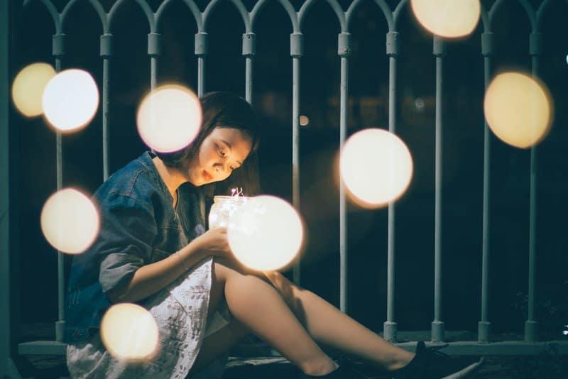 Eine imaginäre Frau sitzt und schaut auf den Ball