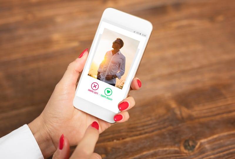 Frauen, die eine Dating-App auf einem Smartphone verwenden und Benutzerfotos wischen