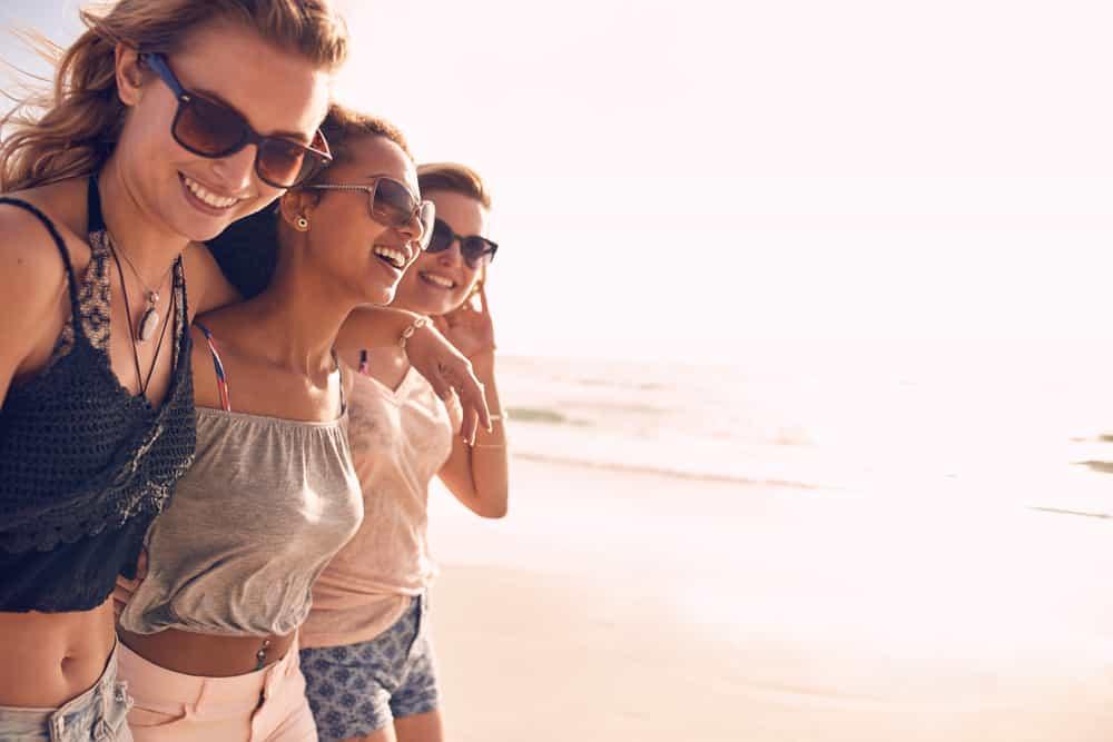 Freunde gehen umarmend herum