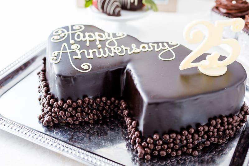 Herzform Schokoladenkuchen für einen Hochzeitstag