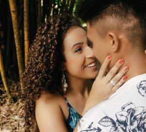 Eine afroamerikanische Frau umarmt ihren Mann und sieht ihm mit einem Lächeln in die Augen