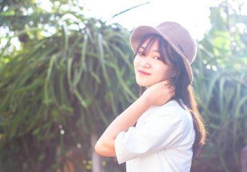 eine Frau mit einem Hut auf dem Kopf