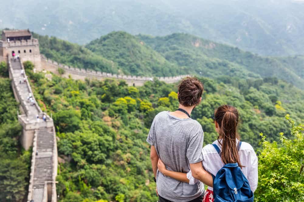 Mann und Frau genießen die Natur umarmen