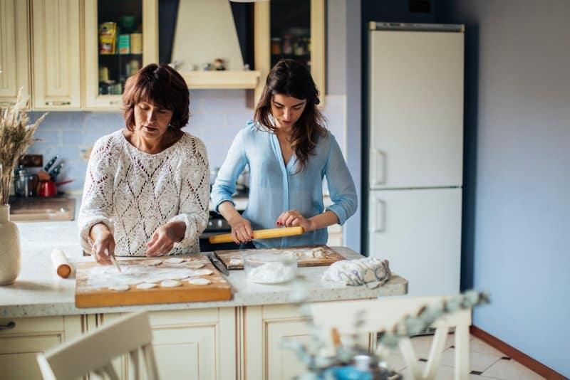 Mutter und Tochter backen Kuchen in der Küche