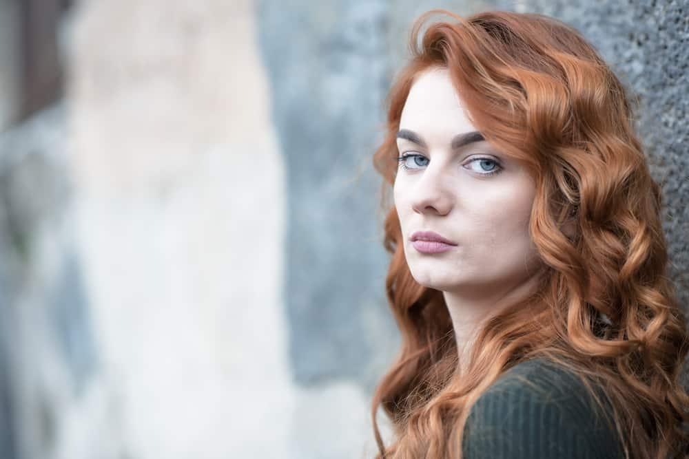 Porträt einer rothaarigen depressiven Frau