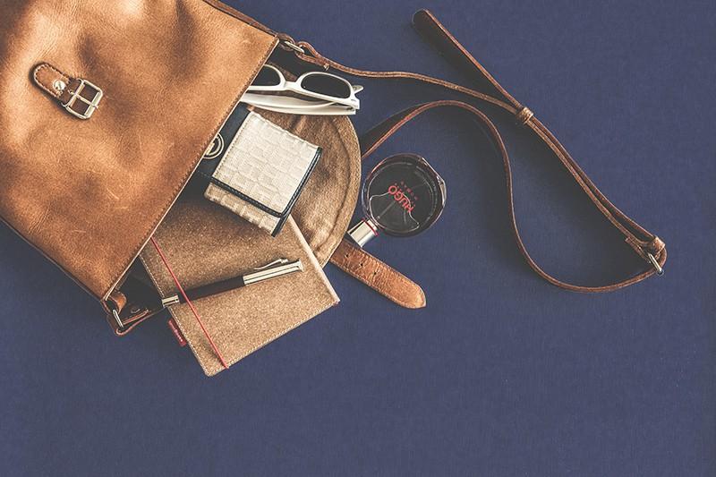 Umhängetasche aus braunem Leder mit Lady´s Zeug