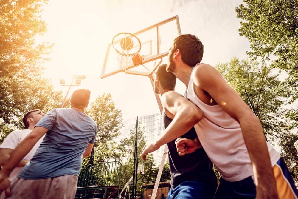 Vier Männer spielen Stretball