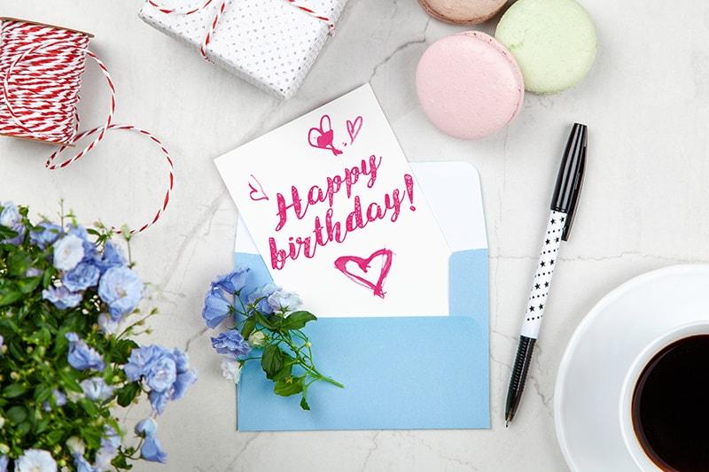 """ein """"Alles Gute zum Geburtstag"""" -Text auf Papier in einem Umschlag"""