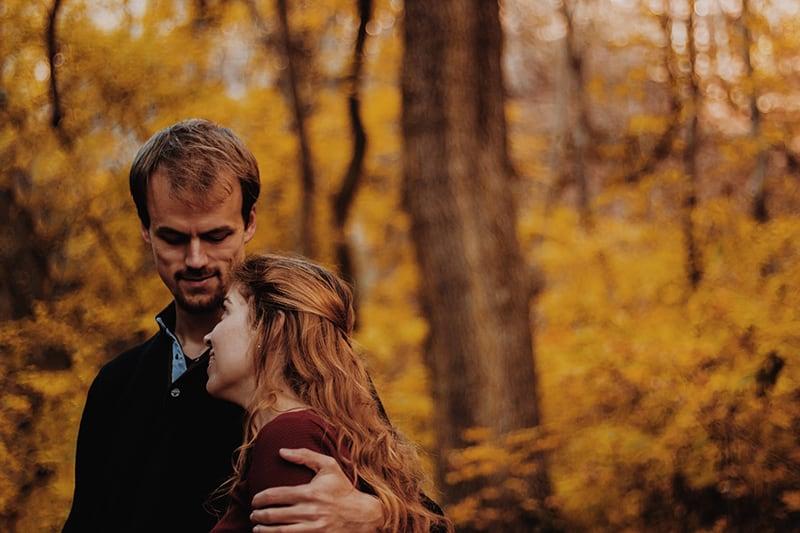 Ein Mann umarmt eine Frau, während er sich ansieht