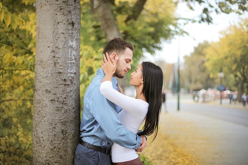 Ein Mann umarmt seine Freundin, während er sich ansieht