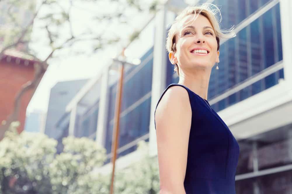 ein Porträt einer lächelnden erfolgreichen Frau