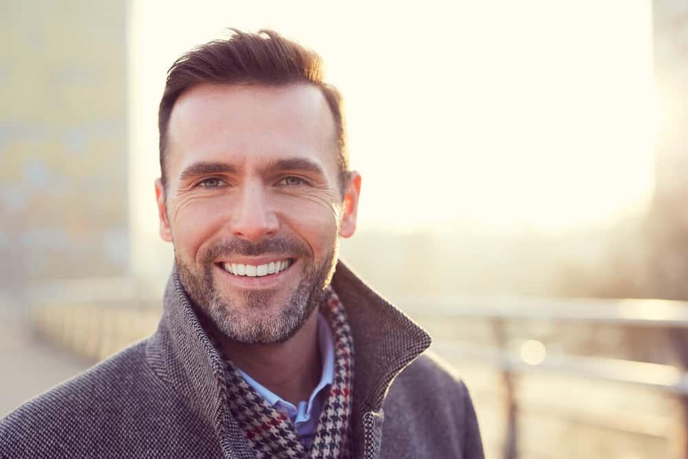 ein Porträt eines glücklichen erfolgreichen Mannes
