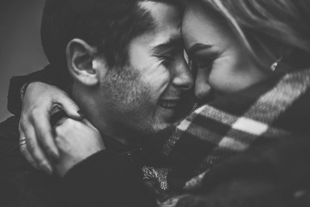ein Schwarzweiss-Foto eines lächelnden liebenden Paares in einer Umarmung