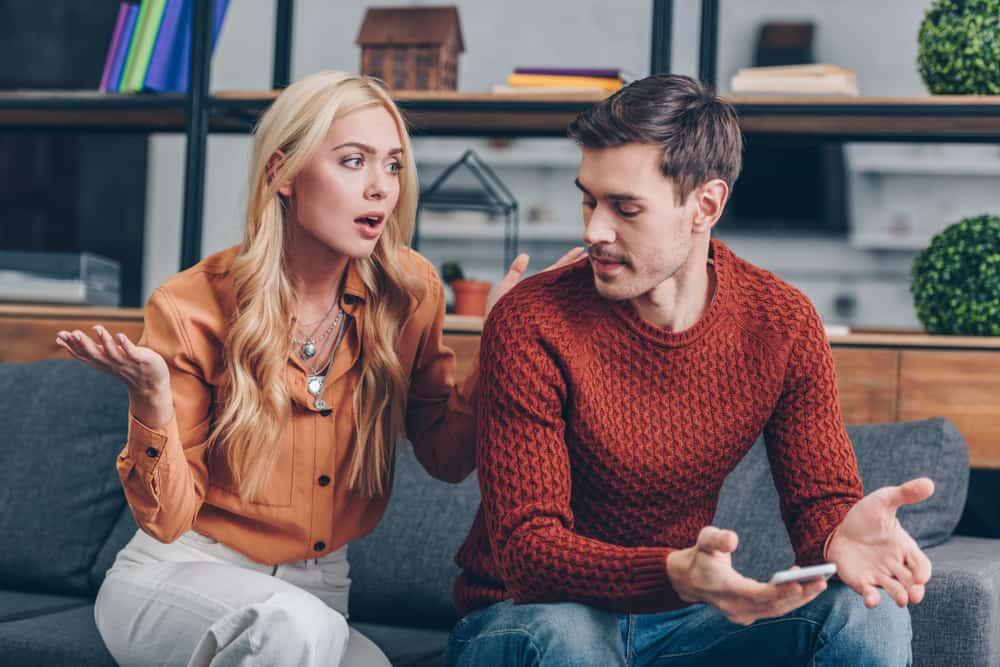 ein emotionales Gespräch eines liebenden Paares auf der Couch