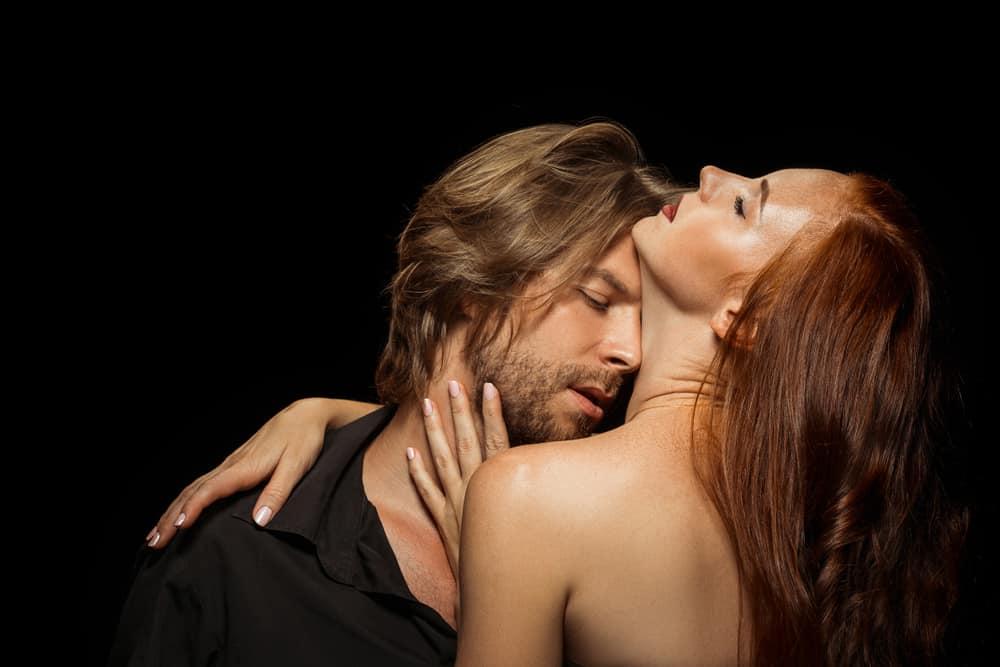 ein liebevolles Paar in einer leidenschaftlichen Umarmung