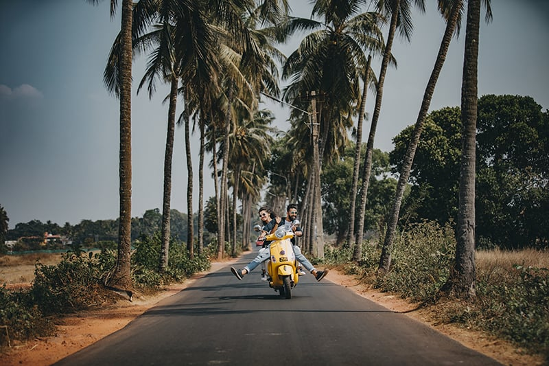ein paar fahren auf dem motorrad und haben spaß