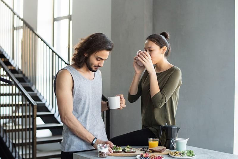 ein paar frühstücken zusammen zu hause