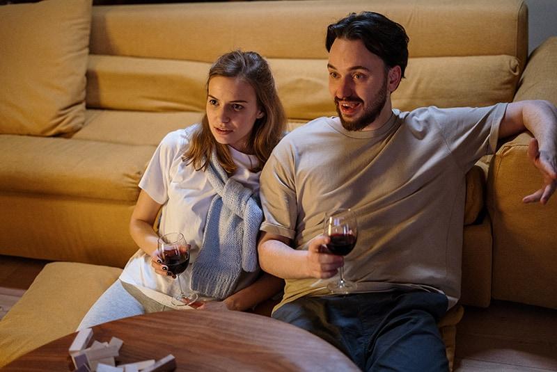 Ein Paar verbringt Zeit miteinander und trinkt abends Wein