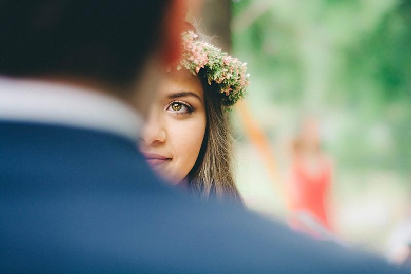 eine Braut gegenüber einem Bräutigam während der Hochzeitszeremonie
