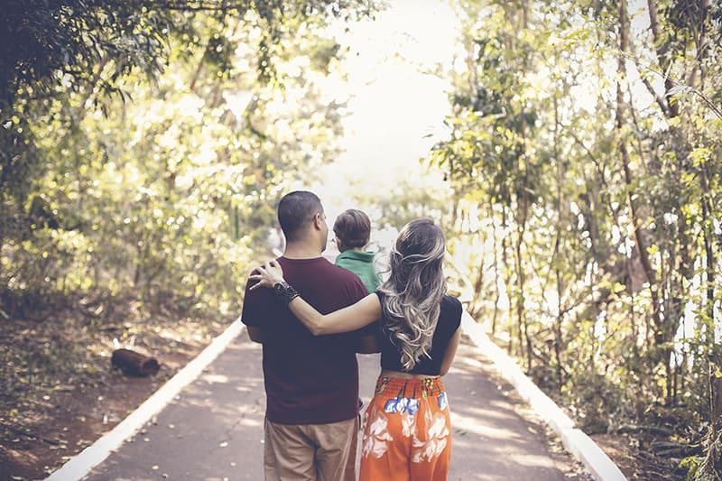 Eine Familie, die tagsüber im Park spazieren geht