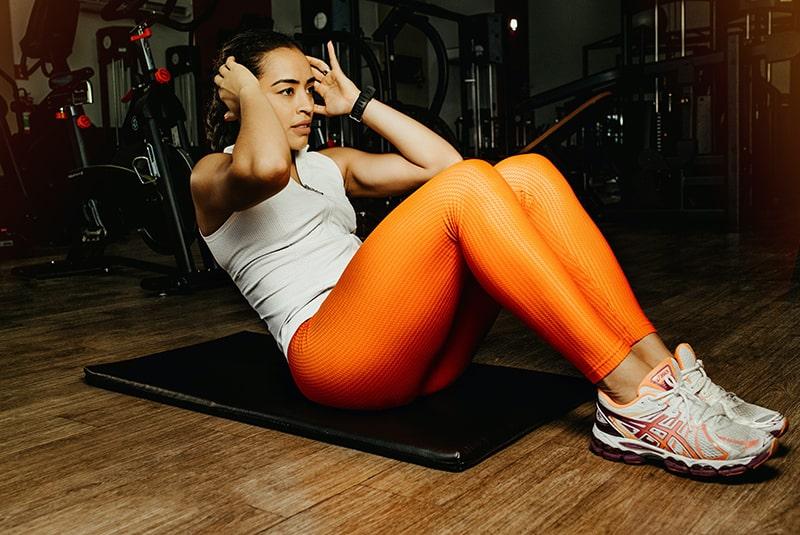 eine Frau, die im Fitnessstudio Sport treibt